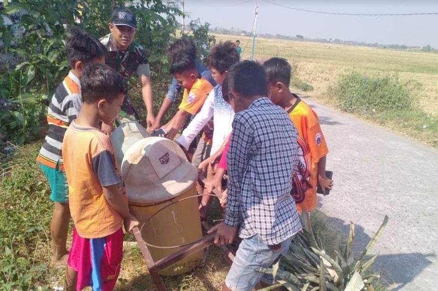 Tentara  Ajari Anak-Anak Tentang Kebersihan Lingkungan di  Desa TMMD