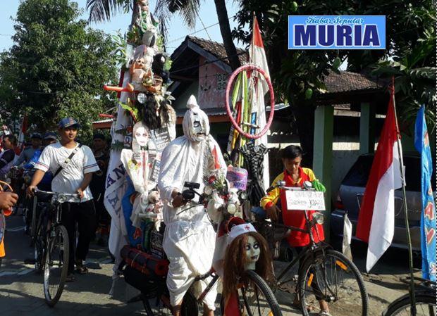 Sereeeeeem ,Ada Pocong Muncul ditengah Ratusan Pecinta Sepeda Tua