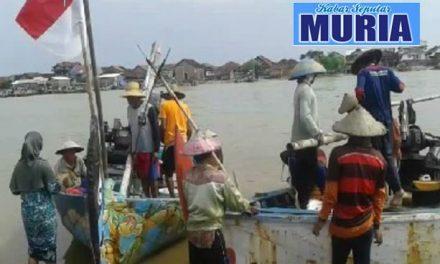 Alat Garuk Boleh Beroperasi , Setelah Petugas Pasang Anjir Batas 2 Mil dari Pantai