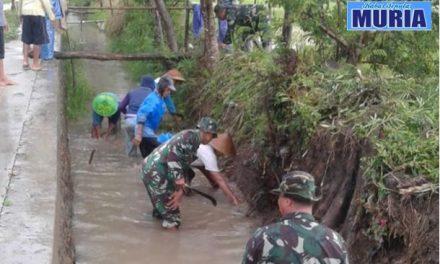 Anggota Koramil Trangkil dan Petani Bersihkan Saluran Cegah Banjir