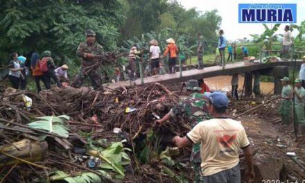 Anggota Koramil 12 Margorejo Pati dan Warga desa Bersihkan Sampah Sungai Langkir