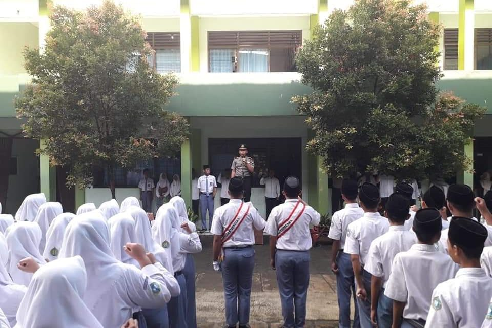 Kapolsek Kalinyamatan Pembina Upacara di MA Darul Ulum Purwogondo Jepara