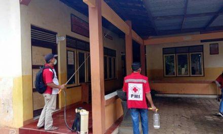 Warga Desa Dongos Gotong Royong Semprot Disinfektan di Semua Area Desa