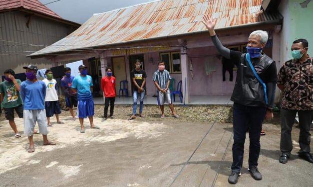 Ganjar Tengok 14 Pemudik yang Dikarantina di Desa Pacet Batang