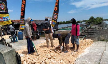 Khubbulwathon Desa Babalan Demak  Adakan kegiatan Mengurug Jalan yang rusak