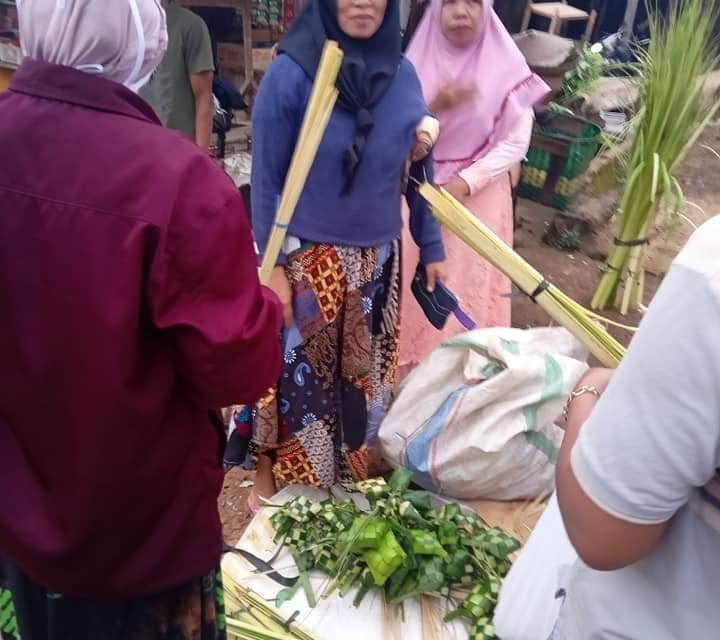 Tradisi Bodho Kupat, Pedagang Janur dan Ketupat Padati Pasar Tradisional
