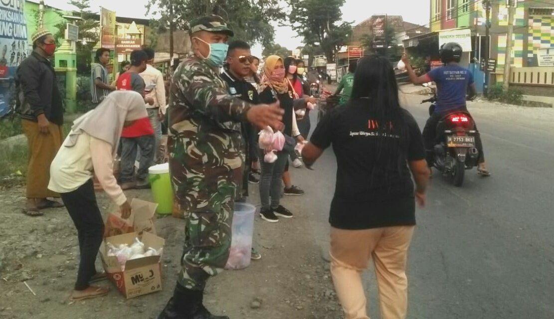 Anggota Koramil 13/Karangawen Bersama komunitas IWSK Bagikan Takjil Pada Warga Dampak Pandemi Covid-19