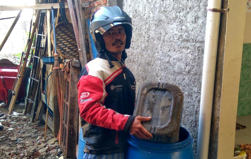 Sakdullah warga Babalan ,selain ojek ia juga Kirim air ke rumah warga