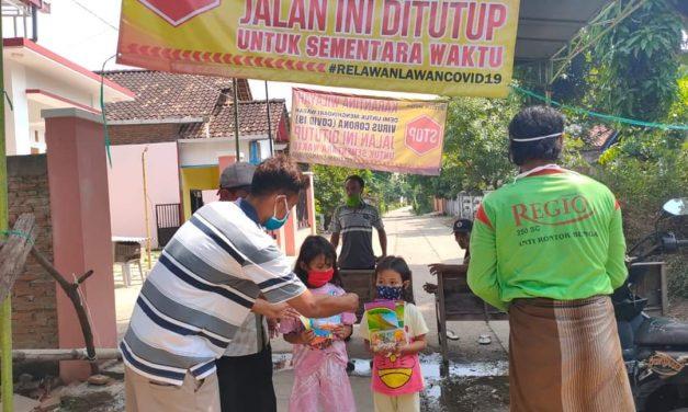 Kampung Dilockdown Karang Taruna Bagikan Peralatan Gambar Untuk Anak Anak