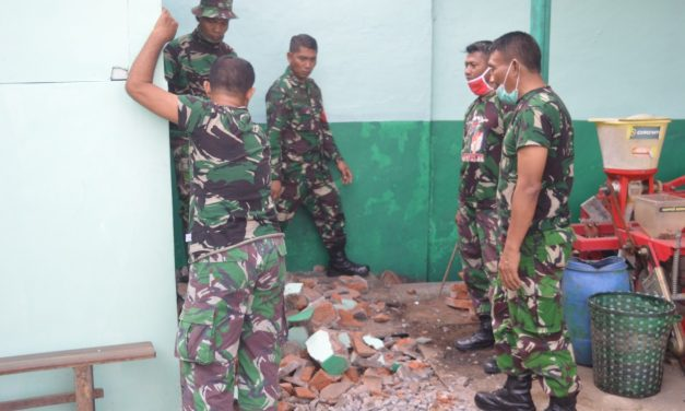 Kepala Staf Kodim 0716/Demak Mayor Inf Kadarusman Turun Langsung Renovasi Kantor Persit
