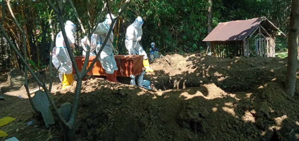 Warga Desa Kangkung Positif Covid 19, Dimakamkan Sesuai Prosedur Oleh Petugas