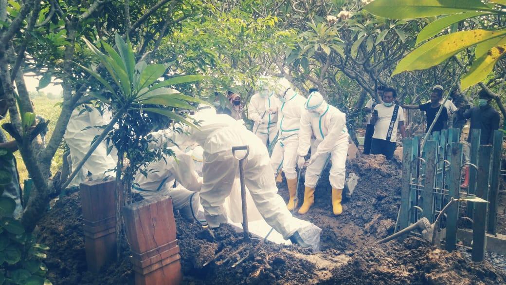 Babinsa Mranggen, Dampingi Pemakaman Warga Dengan Prosedur Covid-19.