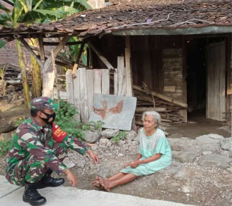 Babinsa Ini Kunjungi Nenek Yang Hidup Sendiri dan Butuh Bantuan