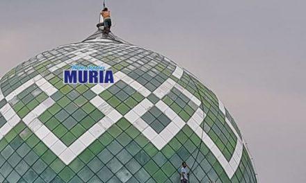 Mbah Khotim Tak Takut Ketinggian Biasa Pasang Lampu di Puncak Kubah Masjid