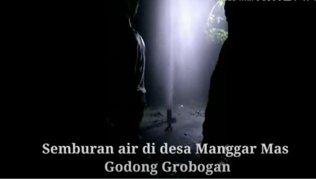 Semburan Air dan Lumpur di desa Manggar Mas Godong, Jadi Tontonan  Warga