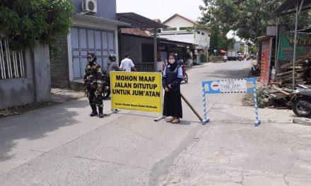 Partisipasi Mahasiswa KKN UIN Walisongo dalam Penutupan Jalan Untuk Shalat Jumat