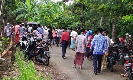 Tetap Waspada , Guru MD dimakamkan dengan protokol Covid-19 di TPU Desa Brambang  Demak.