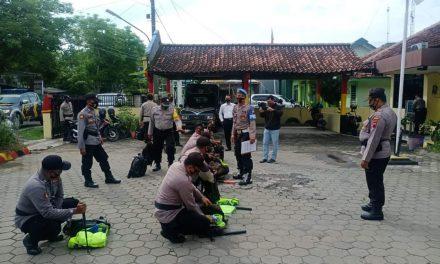 Jelang Pengamanan TPS Pilkada , Kapolsek Wedung Cek Perlengkapan Anggota