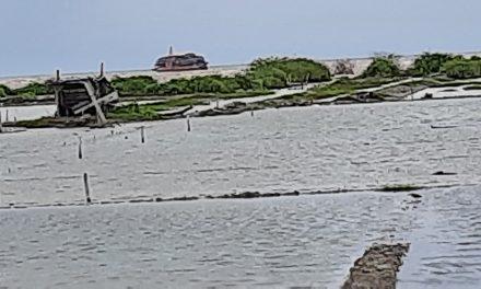 Kapal Tongkang Penuh Muatan , Terdampar di Pantai Kedung Jepara