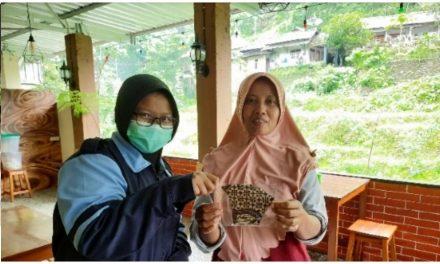 Penegakkan Protokol Kesehatan, Mahasiswi KKN UIN Walisongo Semarang Membagikan Masker Kain Batik di Desa Wisata Tempur