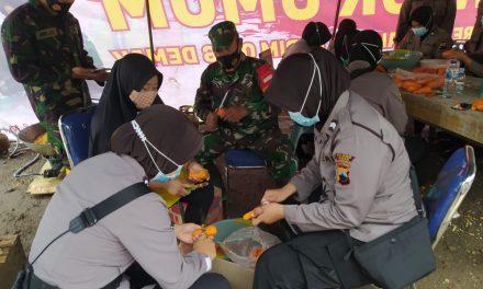 Prajurit TNI Dan Polri Bahu Membahu Siapkan Makanan Untuk Korban Banjir Di Demak