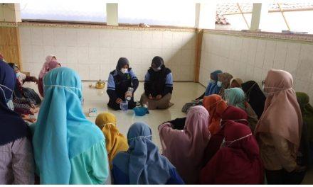 Praktek Membuat Handsanitizer di Ponpes Al-Ittihad , Oleh Mahasiswa KKN UIN Walisongo