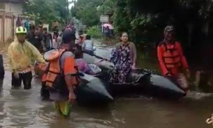 Komunitas Relawan Jepara Bergerak , Bantu Warga Desa Dorang Yang Kebanjiran