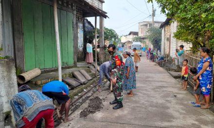 Babinsa Kendalasem Bersama Warga Bergotong Royong Bersihkan Saluran Drainase