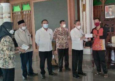 Baznas Pati Serahkan Bantuan Bagi 286 Tukang Sapu Jalan
