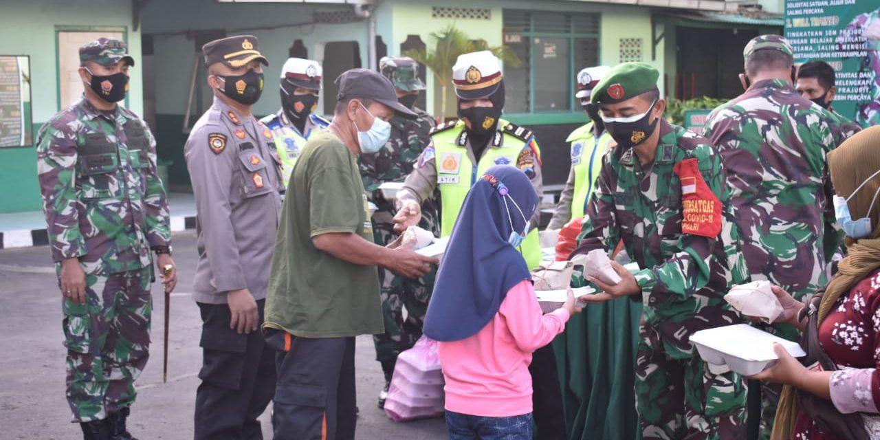Dandim 0716/Demak Bersama Kapolres Bagikan Takjil Dan Masker Gratis Serta Santunan