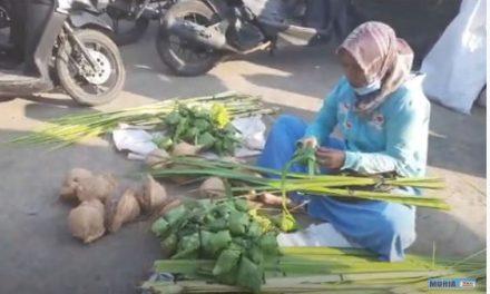 Tradisi Kupatan di Pesisir , Janur dan Kelapa Laris di Pasar Pasar Tradisional
