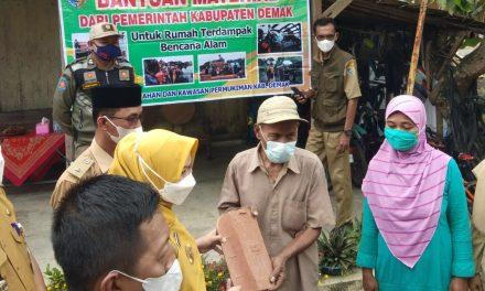 Bupati Demak Serahkan Bantuan Materiil Korban Angin Puting Beliung Di Desa Trimulyo.