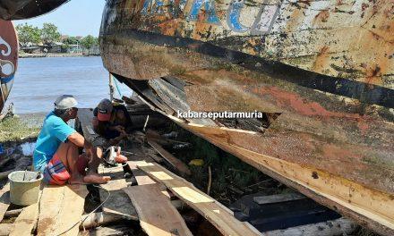 Nelayan Ini Hanya Bisa Rehap Perahu Tak Kuat Beli Baru