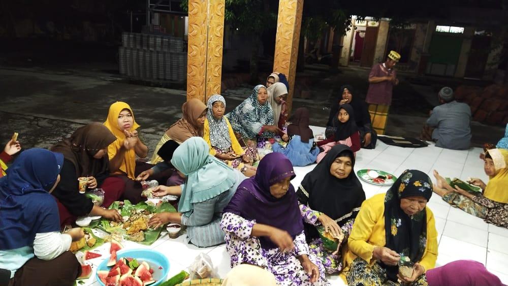 Mahasiswa KKN UIN Walisongo Semarang Mengikuti Pengajian 10 Muharram di Desa Ngumpul Tegalarum Mranggen Demak