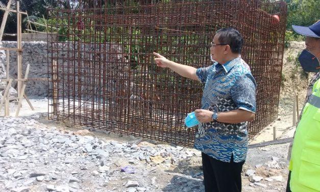 H. Sudewa Meninjau Proyek Preservasi jalan Pantura Pati – Rembang.